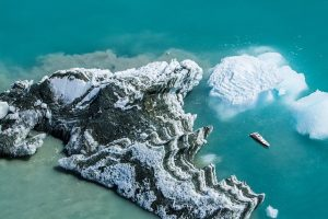 top top down drone pic of icebergs